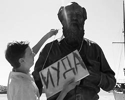 Можно считать Солженицына спорной фигурой, но его раскольный потенциал в любом случае невысок (фото: кадр из видео)