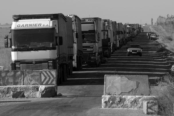 На пунктах пропуска скопились сотни грузовиков