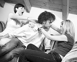 Мужчин все равно больше, женщин – существенно меньше, а счастья хочется (фото: diego cervo/YAY/ТАСС)