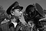 Владивосток. Посетитель осматривает малогабаритный оптико-электронный комплекс наблюдения «Ирония» (фото: Виталий Аньков/РИА «Новости»)