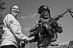"""Владивосток. Посетительница у морского пехотинца, демонстрирующего пулемет «Печенег» (фото: Виталий Аньков/РИА """"Новости"""")"""