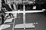 Россия. Владивосток. Курсанты Суворовского военного училища рассматривают беспилотный летательный аппарат «Леер» (фото: Юрий Смитюк/ТАСС)