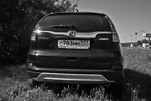 В автомобиле установлены новые задние фонари, широкая хромированная планка по нижнему краю заднего стекла и видоизмененный задний бампер