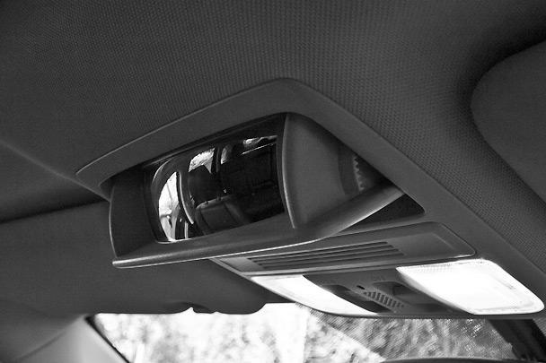 Очечник под потолком может вдруг превратиться в панорамное салонное зеркало для наблюдения за тем, чем заняты ваши дети на заднем диване
