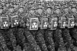 Военнослужащие проходят мимо почетной трибуны на центральной площади Ким Ир Сена (фото: Joern Petring/DPA/ТАСС)