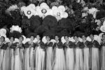 Девушки в национальных костюмах исполняют гимн КНДР (фото: Damir Sagolj/Reuters)