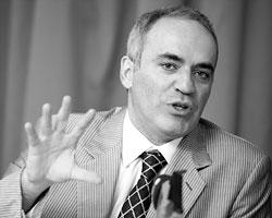 Чем дальше Гарри Кимович отходил от шахмат в мир политики, тем нелепее он выглядел (Фото: Ezequiel Scagnetti/Reuters)