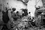 Жители Пакистана пытаются найти ценные вещи на месте своих разрушенных домов (фото: FAYAZ AZIZ/Reuters)