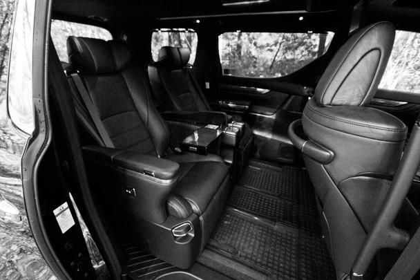 Интерьер отнюдь не бюджетный и ничем не уступает салонам лучших моделей премиум-бренда Lexus