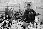Поддержали Россию во многих странах мира. Сирийцы несут цветы к стенам российского посольства в Дамаске, чтобы выразить свою поддержку народу РФ (фото: Валерий Шарифулин/ТАСС)