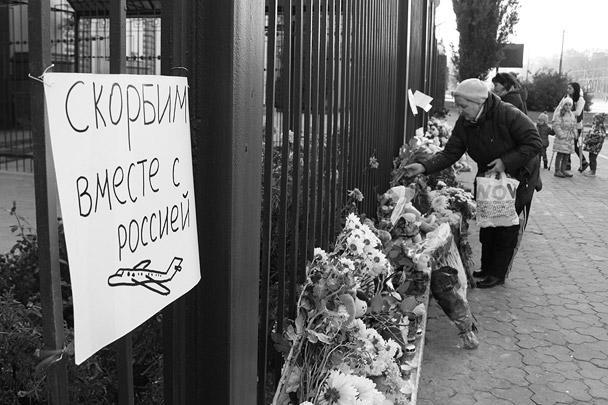 Киевляне несут цветы к российскому посольству уже второй день. Напомним, что на борту самолета A321 было также четверо украинцев