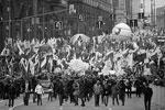 Участники праздничного шествия в честь Дня народного единства на Тверской улице в Москве (фото: Сергей Бобылев/ТАСС)