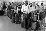 Пассажиры авиакомпании easyJet ожидают в аэропорту Шарм-эш-Шейх задержанного рейса в Лондон (фото: Asmaa Waguih/Reuters)