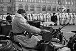 На Красной площади прошел торжественный марш, приуроченный ко Дню воинской славы и посвященный легендарному параду 1941 года. По брусчатке прошли 45 парадных расчетов – военнослужащие Минобороны и кавалерийская группа президентского полка ФСО в форме образца 1941 года (фото: Станислав Красильников/ТАСС)