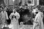 На панихиду собралось более двух тысяч петербуржцев и гостей города. В ней участвовал хор Смольного собора (фото: Игорь Руссак/РИА Новости)