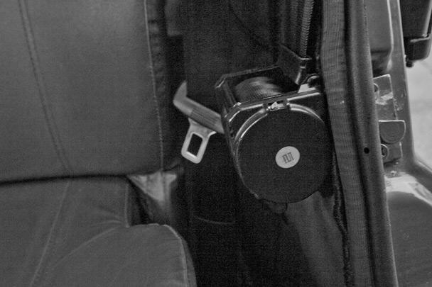 В кресле не расслабишься: кубик со скрученным ремнем безопасности находится как раз напротив почек