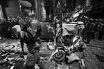 Как сообщает AP, взрывы прогремели в вечерний час пик в пригороде Бурдж-аль-Бараджне, который считается одним из оплотов шиитской группировки «Хезболла», участвующей в войне в Сирии на стороне правительственных сил.<br>Как сообщил источник Associated Press, первый смертник подорвал себя рядом с шиитской мечетью имама Хусейна, второй – внутри булочной, расположенной неподалеку. По данным ТАСС, первый смертник пытался прорваться к мечети на мотоцикле. Однако путь ему преградил ценой собственной жизни активист «Хезболлы» Адиль Турмус и тем самым спас десятки человек (фото: Khalil Hassan/Reuters)