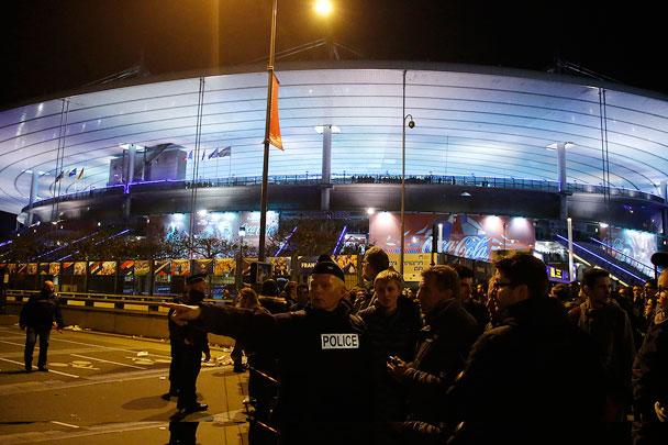 Французские фанаты спели Марсельезу во время эвакуации со стадиона