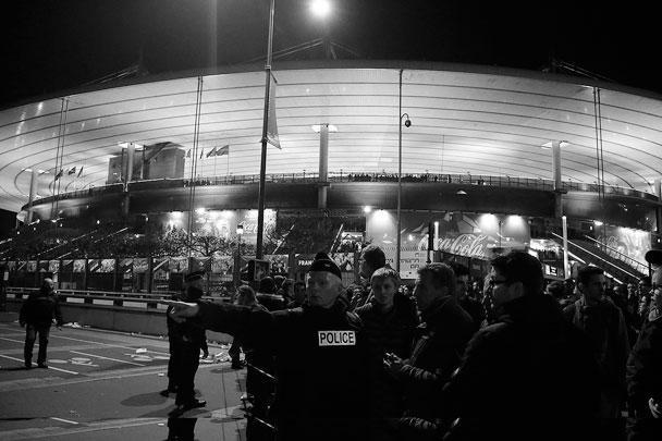 Два или три взрыва, предположительно, гранат, прозвучали в непосредственной близости от стадиона Stade de France, где проходил товарищеский матч Франция - Германия