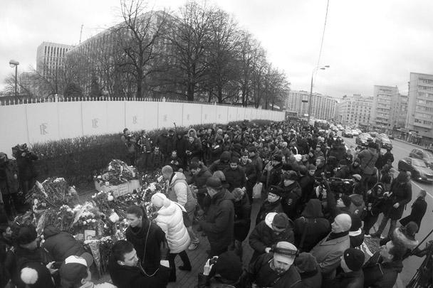 У посольства Франции в Москве выстроилась длинная очередь из людей, которые пришли почтить память жертв терактов