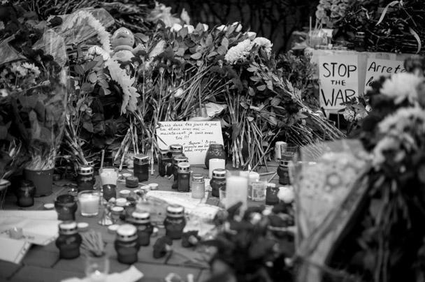 Многие несут к посольству цветы, свечи. Также люди оставили записки на разных языках с требованием остановить войну