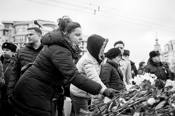Граждане возлагают цветы в память о погибших у посольства Франции в Москве