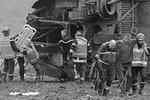 Во Франции при испытаниях потерпел крушение скоростной поезд TGV. Авария произошла на пути следования состава через мост, часть искореженных вагонов упали в реку. В общей сложности в поезде находились 49 человек: 10 погибли, десятки получили ранения. Власти называют причиной ЧП технические проблемы (фото: Vincent Kessler/Reuters)