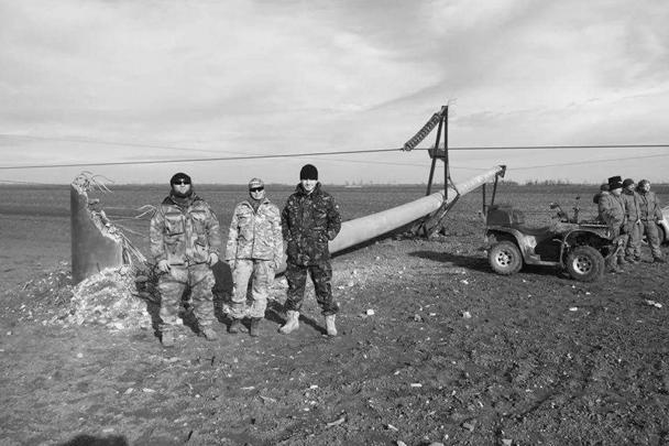 «Охранять» аварийные опоры ЛЭП приехали целый ряд украинских националистов и участников так называемой блокады Крыма. В подрыве электросетей вполне можно заподозрить кого-то из них