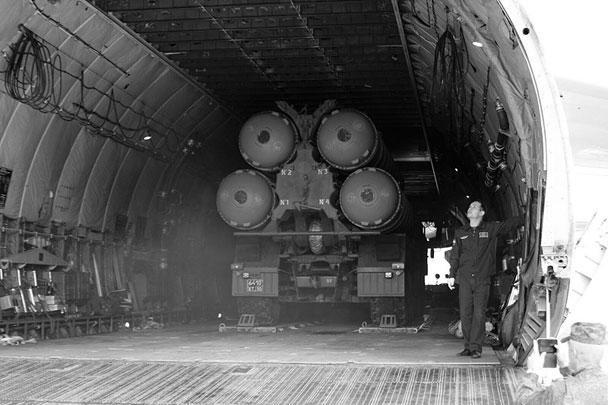 Выгрузка комплексов на аэродроме Хмеймим