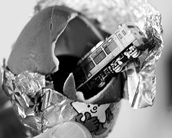 Вместо сюрприза в шоколадных яйцах размещают густую порцию обмана(фото: Toshiyuki Aizawa TA/PB/Reuters)