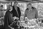 Госсекретарь США Джон Керри не ограничился общением с политиками в ходе визита в Москву. Он прогулялся по Арбату, где зашел за подарками в сувенирные лавки, а также пообщался с простыми москвичами. Компанию ему составили помощница Виктория Нуланд и посол США в РФ Джон Теффт (фото: twitter.com/USEmbRu)