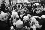 Москвичи реагировали на появление госсекретаря США на улице с большим интересом – они фотографировались с ним и задавали волнующие их вопросы (фото: twitter.com/USEmbRu)