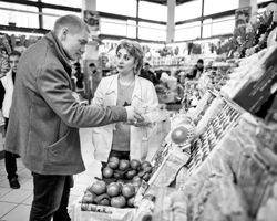 Реалисту нужны продукты, продавцу нужны деньги. Они вступают в переговоры (фото: Alexander Zemlianichenko/AP/ТАСС)