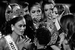 21 декабря в Лас-Вегасе состоялся финал конкурса «Мисс Вселенная – 2015». Победу одержала «Мисс Филиппины» Пия Алонсо Вуртсбах, однако по ошибке ведущего корону надели на «Мисс Колумбия» Ариадну Гутьеррес. Девушка получила букет и корону из рук победительницы прошлого года и оставалась на сцене еще некоторое время (фото: John Locher/AP/ТАСС)