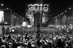 Отмечание Нового года возле Триумфальной арки на Елисейских полях в Париже. Толпа светится экранами телефонов (фото: Charles Platiau/Reuters)