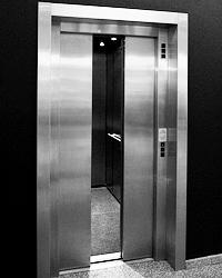 Регулярные смерти москвичей в лифтах – это даже не позор. Это хуже (фото: Kai Pfaffenbach/Reuters)