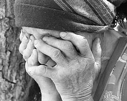 Путь к победе очередного антипутинизма пробивают прежде всего голодающими у прилавков старушками (фото: Михаил Соколов/ТАСС)