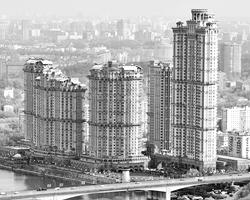 Многоэтажное жилье «дешевле» лишь в момент ввода его в эксплуатацию, но потом его дорого содержать (фото: Марина Лысцева/ТАСС)