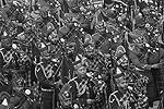 Индийские военный оркестр проходит торжественным маршем (фото: Altaf Hussain/Reuters)
