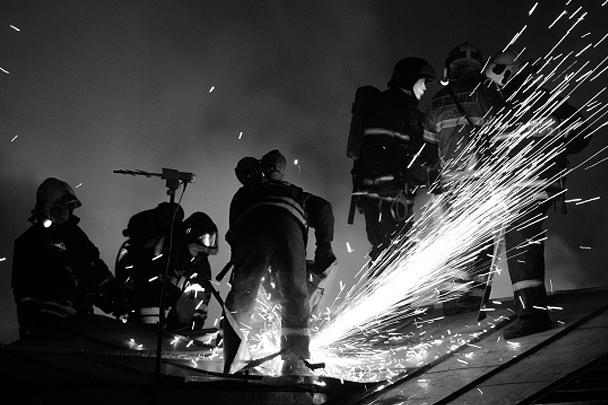 В ночь на воскресенье в Москве произошел пожар в здании швейного цеха на улице Стромынка. Сотрудники МЧС ликвидировали пожар за четыре часа. В ходе разбора завалов обнаружены тела 12 человек, предположительно, работников предприятия. Возбуждено уголовное дело об умышленном уничтожении имущества
