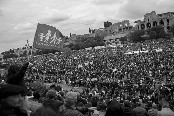 Массовая манифестация в поддержку традиционной семьи прошла в субботу в Риме; по утверждению организаторов, в акции приняли участие около 2 млн человек. Манифестация проводилась с целью не допустить принятия в национальном парламенте законопроекта, приравнивающего права однополых союзов к правам традиционных семей