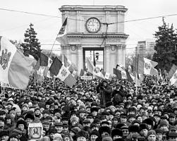 В марте предстоит очередное обострение противостояния властей и оппозиции (фото: Стрингер/РИА Новости)
