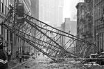 Стрела подъемного крана упала на одной из улиц Нью-Йорка. Стрела упала на проезжую часть и придавила несколько автомобилей. Уже известно о жертвах: один человек погиб, еще 15 пострадали (фото: Colleen Long/AP/ТАСС)