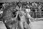 Костюмы танцовщиков самбы весьма откровенные. Порой даже слишком (фото: imago stock&people/Global Look Press)
