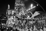 В ходе карнавала школы самбы будут соревноваться за звание лучшей, представляя на суд публики костюмированные представления-импровизации на самые разные темы (фото: Andre Penner/AP/ТАСС)