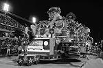 В ходе карнавала школы самбы будут соревноваться за звание лучшей, представляя на суд публики костюмированные представления-импровизации на самые разные темы (фото: imago stock&people/Global Look Press)