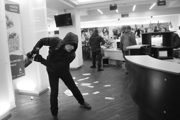 Штурмовики зашли внутрь здания и продолжили хулиганить так