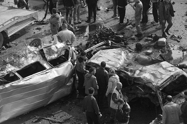 Террористы-смертники припарковали машины на перекрестке друг напротив друга. По данным МВД, они хотели взорвать бомбы поочередно