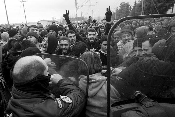 Полиции Македонии пришлось оттеснять толпу беженцев, количество которых измерялось сотнями, во избежание их прорыва на территорию страны