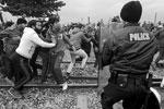 Также силовикам пришлось разогнать и тех, кто устроил блокаду железнодорожных путей, ведущих из Греции в Македонию (фото: Alexandros Avramidis/Reuters)